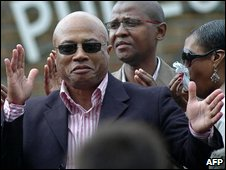Tony Yengeni on his way to jail in 2006