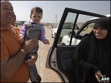 Mohammed al-Zaq, husband of Palestinian prisoner Fatima Yunes al-Zaq (R), embraces his child who was born in an Israeli jail, after his wife was freed in the Gaza Strip, 2 October 2009