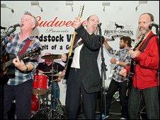 Billy Bragg (left), Mick Jones (centre), Chris Shiflett (behind right), Wayne Kramer (far right)