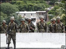 Soldiers stand guard near the Brazilian embassy in Tegucigalpa, Honduras (29 Sept 2009)