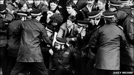 Miners and police on the Bilston Glen picket line. Photo courtesy of The Daily Record