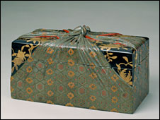 Lacquer box with painted gold decor and false wrapper. Yongzheng reign (1723-1735), Qing dynasty. Collection of the Palace Museum, Beijing