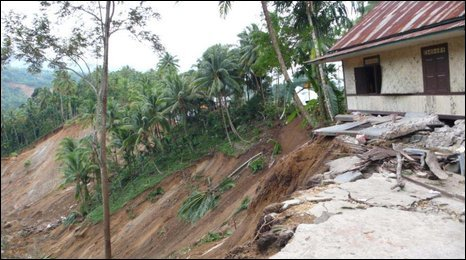 House at the edge of a landslide in Pariaman