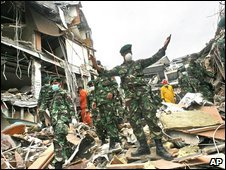 Indonesian soldiers at the ruins of a building in Padang, West Sumatra. Photo: 6 October 2009