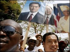 Liberians greeting Hu Jintao in 2007