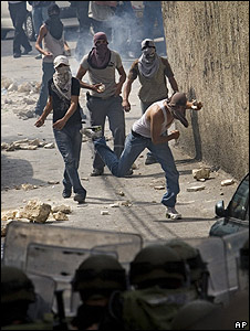 Palestinians throw stones at riot police in East Jerusalem 09.10.09