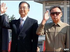 Chinese Prime Minister Wen Jiabao (C) and North Korean leader Kim Jong Il (R) in Pyongyang (4 October 2009)