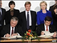 Turkish Foreign Minister Ahmet Davutoglu (L) and Armenian Foreign Minister Eduard Nalbandian sign historic protocols on