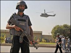 Pakistani commandos at scene of attack (10/10/09)