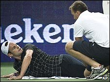 Andy Roddick gets attention for his injured knee