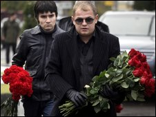Mourners arrive at Vagankovo cemetery for the funeral of Vyacheslav Ivankov