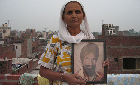 A widow of a victim of the anti-Sikh riots with a picture of her husband