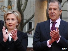Russian Foreign Minister Sergei Lavrov (R) and US Secretary of State Hillary Clinton (L) in Moscow on 14 October 2009