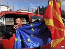 Man with EU and Macedonian flags in Skopje, 14/10/09
