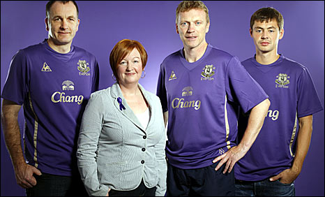 Everton manager David Moyes is pictured with Rhys's parents Stephen and Melanie Jones