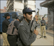 Troops at scene of Lahore attack (15/10/09)