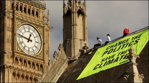 Climate protesters on roof of parliament