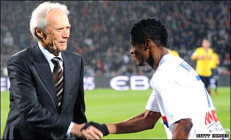 Legend Clint Eastwood shows off his skills before Lyon Sochaux match (video)