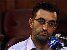 File photo of Maziar Bahari at a press conference after a trial hearing in Tehran, 1 August 2009