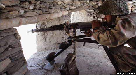 Pakistani army soldier mans a bunker at a military outpost in South Waziristan (Archive photo)