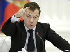 Russian President Dmitry Medvedev gestures during a meeting with Russian business leaders at the Kremlin in Moscow (21 Oct 2009)