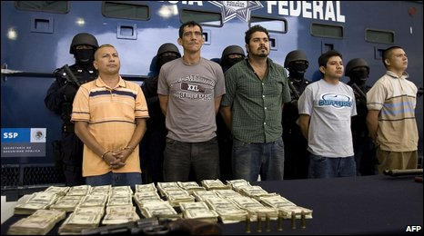 Police display seized money and alleged members of La Familia gang in Mexico City (26 Sept 2009)