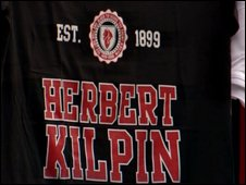 T-shirt with the name of Herbert Kilpin