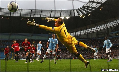 Mark Schwarzer fails to prevent Martin Petrov scoring