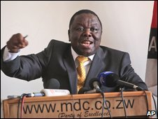 Zimbabwe's Prime Minister Morgan Tsvangirai gestures during a press conference at the MDC party headquarters in Harare (16 Oct 2009)
