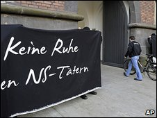 Banner 'No peace for NS delinquents' outside Aachen court