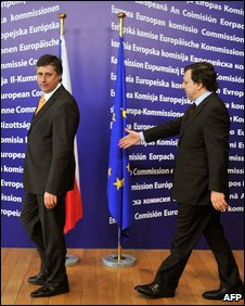 EC Chairman Jose Manuel Barroso (R) welcomes Czech PM Jan Fischer at EU headquarters in Brussels, October 13, 2009