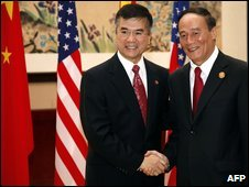US Commerce Secretary Gary Locke (L) and Chinese Vice Premier Wang Qishan in Hangzhou - 29 October 2009