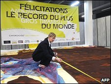 A judge from Guiness World Records measures the tiramisu (30/10/09)