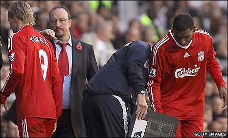 Liverpool manager Rafael Benitez (right) gives striker Fernando Torres a pat on the back after substituting him in the defeat by Fulham