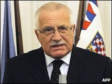 Czech President Vaclav Klaus briefs the media in Prague after signing the Lisbon Treaty, 3 November 2009