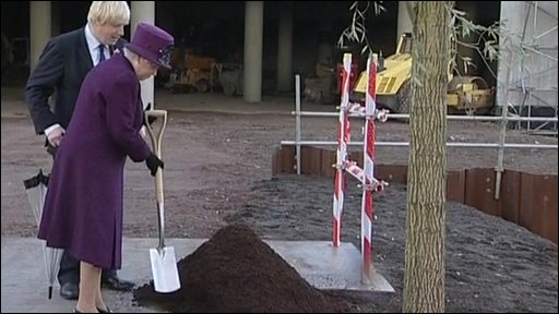 The Queen plants a tree