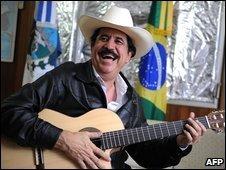 Honduran deposed President Manuel Zelaya plays his guitar at the Brazilian embassy in Tegucigalpa (1 Nov 2009)