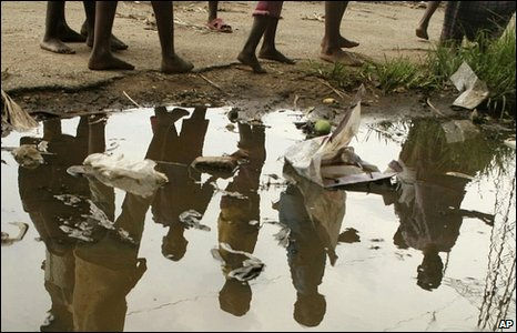 Children reflected in a puddle in Zimbabwe (Archive photo 2008)