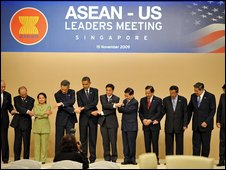 Mr Obama linking hands with Asean leaders