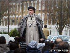 Imam Abu Hamza preaching near Finsbury Park Mosque
