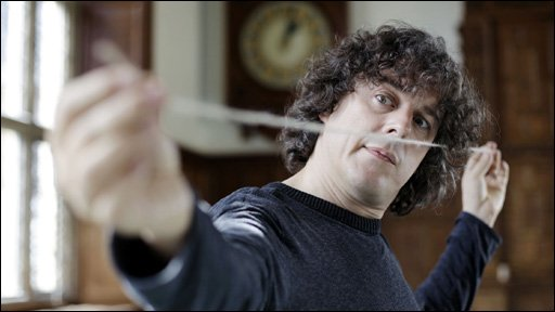 Alan Davies holding a piece of string