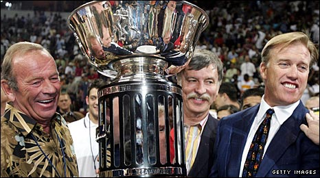 Kroenke (middle) with fellow Crush owners Pat Bowlen (left) and NFL great John Elway (right) after the team's Arena Bowl XIX success in 2005