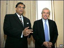 Sri Lankan Foreign Minister Rohita Bogollagama (l) and UN humanitarian affairs chief John Holmes