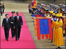 US President Obama and SKorean President Lee with welcoming ceremony, Seoul, 19 Nov 09
