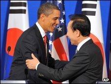 Barack Obama (L) and Lee Myung-bak in Seoul - 19 November 2009