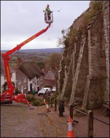Gold Hill wall in Shaftesbury has its vegetation removed