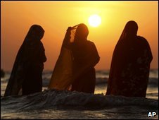 Hindu women pray to the Sun God in Mumbai, Oct 2009
