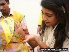 Konnie Huq gives polio vacine to child