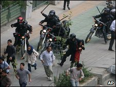 Iranian government riot police and protesters in Tehran (14 June 2009)