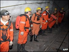 Rescue workers search for survivors at a mine in Hegang City, Heilongjiang province (21 Nov 2009)